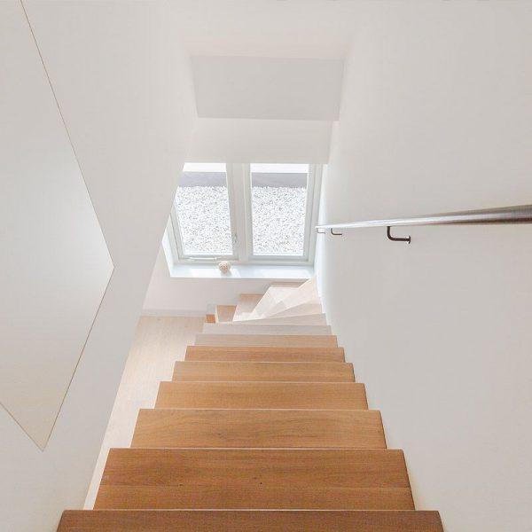 Wanden en plafond latex spuiten van trappenhal in RAL9016 afgerond project in Utrecht.