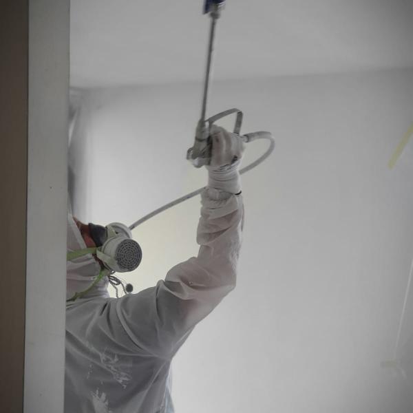 Latex spuiten in de regio Oosterhout, Breda, Tilburg, Den Bosch, Roosendaal, Eindhoven en Oss. Wij verzorgen zowel wanden als plafond van kwaliteit latex spuitwerk. Latex spuiter De Kroon Ron