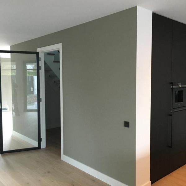 Latex spuiten van wanden en plafonds RAL9016/233 Greene Grey afgerond project in Kesteren.