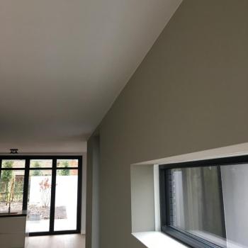 Renovlies + Latex spuiten van wanden en plafonds RAL9016/233 Greene Grey afgerond project in Kesteren.