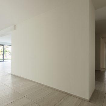Latex spuiten wanden en plafond wit in Bocholt.
