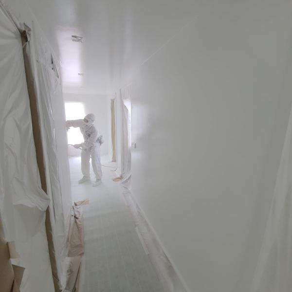 Latex spuiten van wanden en plafonds ral9016 in Hoofddorp.