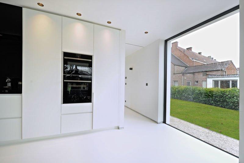 Latex spuiten in Nijmegen afgerond project wanden en plafonds RAL9016.