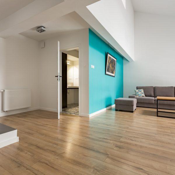 Latex spuiten nieuwbouwwoning van wanden en plafonds in RAL9016 + accentkleur afgerond project in Utrecht.