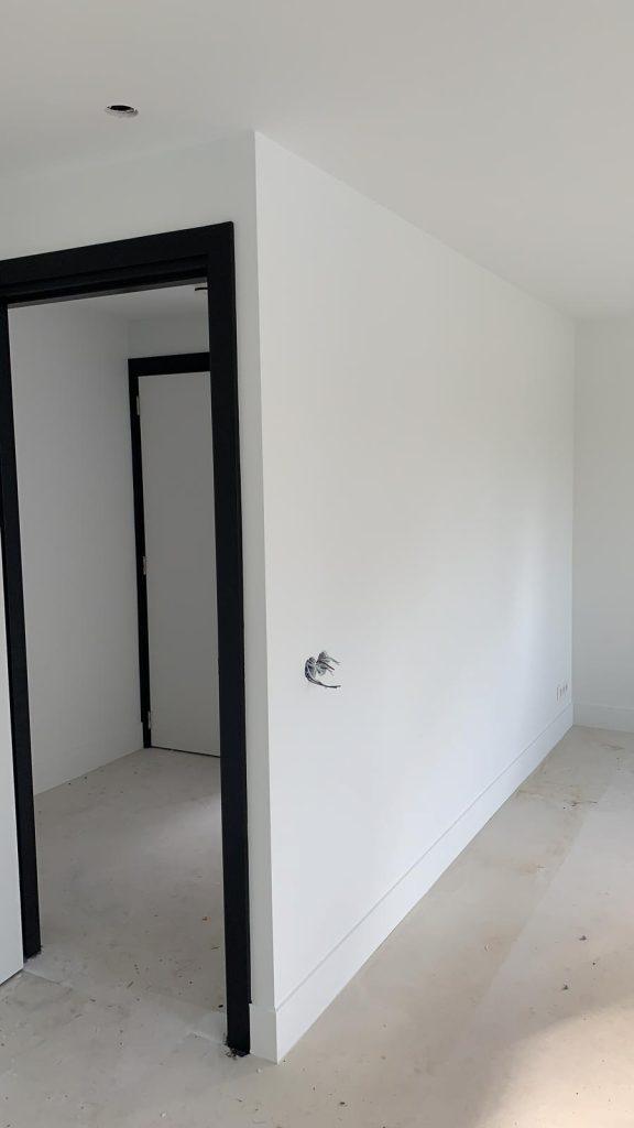 Project in Voorthuizen. Alle wanden en plafonds in ral9016 gespoten.