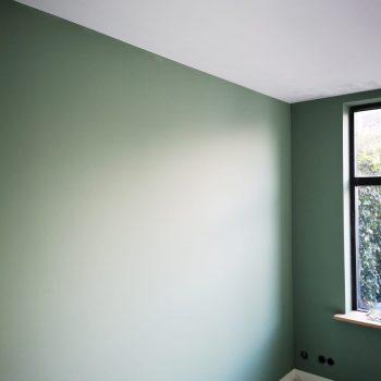 Latex spuiten leemgroen. Wanden RAL9016 afgerond project in Rhenen. Plafond net gespoten nog nat op de afbeelding.