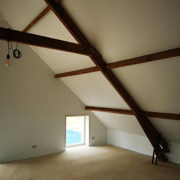 Afgerond project in Ouderkerk aan den Ijssel. Wanden en plafonds in RAL9003 latex gespoten. Direct na afronden foto's geschoten. Het geheel moet 24u tot 48u drogen.